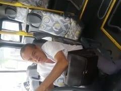 Coroa Tocou Uma Punheta no Ônibus, Foi Flagrado Pelos Passageiros e Acabou Sendo Cobrado e Filmado Por Várias Pessoas – Caiu na Net