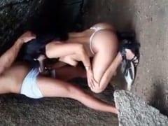 Esposa Safada Foi Pra Debaixo de Uma Pedra Perto de Uma Cachoeira Pra Mamar o Amante Enquanto Corno Filmava – Amadores