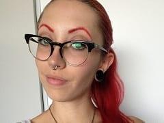 Raven Ruiva Gata e Deliciosa Que é Modelo de Webcam e Atriz se Exibiu em Vídeos Masturbando Sua Xereca de Formas Excitantes e Diferenciadas