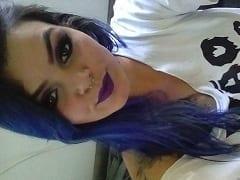 Brenda Ninfeta Tatuada de Cabelo Azul de Guaíba – RS Gravou um Vídeo Caseiro se Exibindo Peladinha e Sensualizando de Forma Excitante