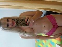 Luana Loira Toda Perfeitinha de Criciúma – SC Tirou Fotos Excitantes Mostrando Seus Peitinhos só de Calcinha Mas Parou na Net