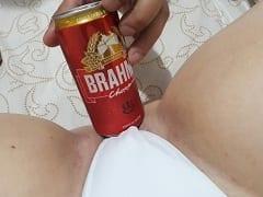 Casal Fez Uma Brincadeira Sexy Enquanto Transavam, Registrando Várias Fotos da Putaria e Bebendo Uma Cervejinha de Leve