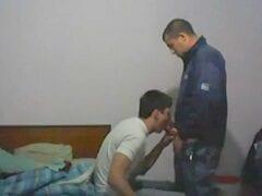 Novinho Gay Amador Colocou A Camera Pra Filmar Ele Pagando Um Boquete Pro Seu Amigo Gay, Que Adorou A Chupada Do Safado