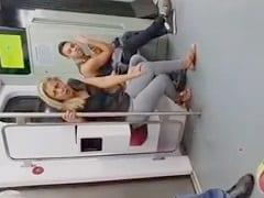 Loucona No Metro Do RJ Não Consegue Segurar A Vontade De Ir No Banheiro E Pra Não Mijar Nas Calças Vai No Vão Entre O Trem E A Plataforma