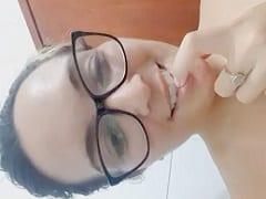 Branquinha De Oculos Gravou Esse Video Amador Pro Seu Namorado Chamando Ele Pra Fuder Com Ela E Exibindo Seu Corpo Peladinha