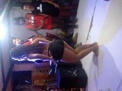 Carlinha Ninfeta Safada Subiu no Palco de Calcinha e Sutiã no Meio de um Show de Axé e Ficou Esfregando a Buceta na Cara do Maluco Enquanto a Galera Filmava