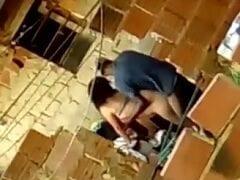 Casal de Namorados Foram Flagrados Chamando Bom no Quintal de Casa Numa Favela no RJ e Vizinho Filmou a Putaria – Amadores