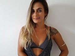 Carol Peixinho Baiana do BBB19 Pagou Peitinho Enquanto Ajeitava a Toalha Após Uma Festinha na Casa