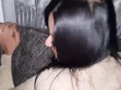 Moreninha Gostosa e Gata Ficou de Quatro no Sofá Levando Pirocada e Deixou o Cara Gravar um Vídeo Pornô – Caiu na Net