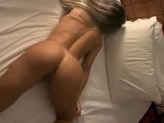 Puta Loira Maravilhosa Ficou Deitadinha na Cama do Motel Exibindo Sua Bela Bunda Enquanto o Cliente Filmava Maravilhado – Amadora