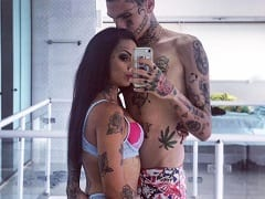 Evelyn Buarque Deu Uma de Bandida e Ficou Apontando Uma Arma Pro Seu Mais Novo Namorado Enquanto Ele Chupava Sua Xereca