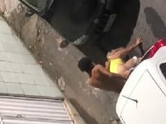 Ressaca do Carnaval 2020: Loirinha foi flagrada dando pra novinho entre dois carros depois de um bloquinho – caiu na net