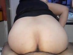 Esposa branquinha safada dando uma sentada gostosa no seu parceiro de costas pra ele em vídeo amador – amadores