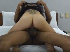 Namoradinha tatuada de lingerie preta dando uma sentada gostosa na rola e depois levando pica de quatro – caiu na net