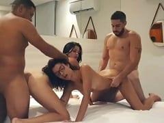 Aysla e Luana duas safadas deliciosas foram pro motel com seus machos pra fazer uma suruba deliciosa demais